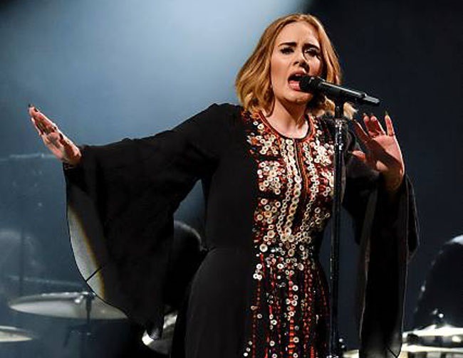 Adele dedicates NYC concert to Brad Pitt and Angelina Jolie