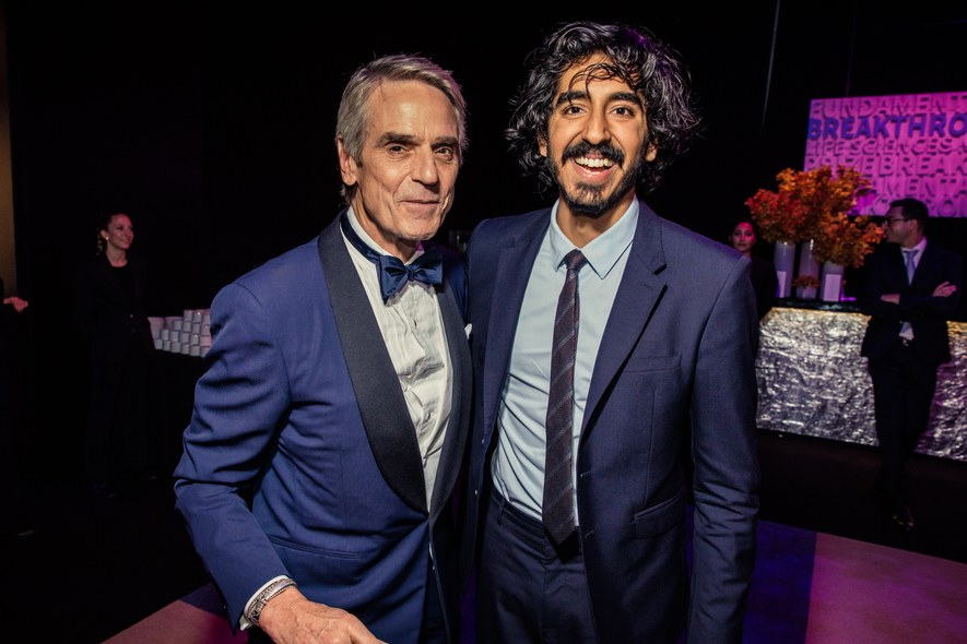 Jeremy Irons presents award for mathematics at the 2016 Breakthrough Prize