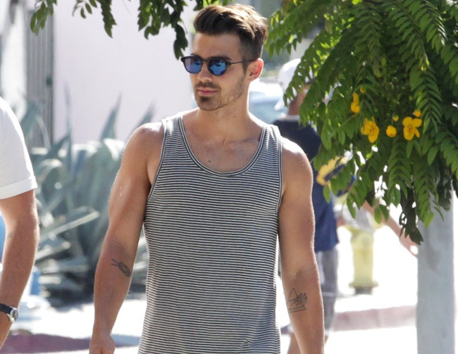 Joe Jonas wants to romance Daniel Craig